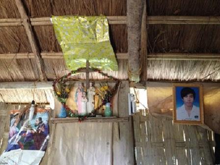 Ảnh bàn thờ trong gia đình của nhà em Sum bên xóm Đào. Ảnh bên (P) là di ảnh của bố Dĩa chồng em Sum mới đi với ông bà hơn một năm.