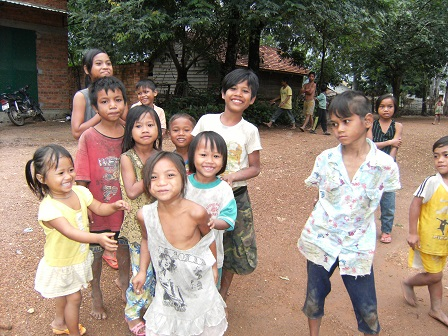 Các em nhỏ ở thôn Hai buổi chiều sau cơn mưa tụ tập lại hòn nhiên chơi đùa.