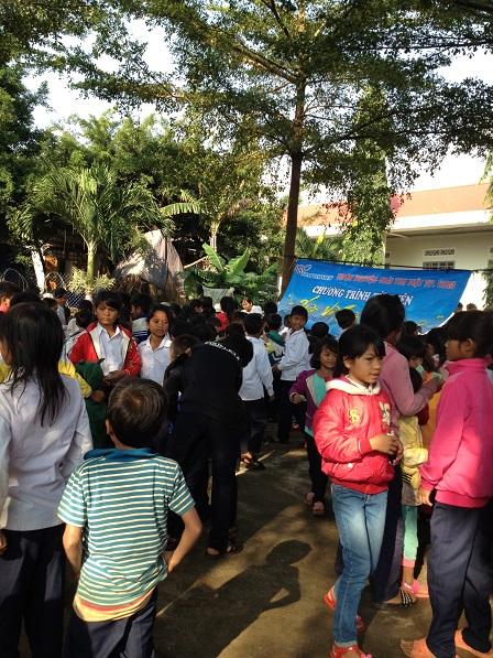 """2/ Ảnh các em Thiếu nhi sau thánh lễ ra khuôn viên đơi nhận quà từ chương trình từ thiện """"Trái tim Việt""""Tp. HCM đến."""