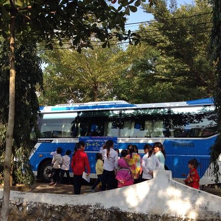 """2/ Ảnh một số em đứng gần quan sát chiếc xe đã chở đoàn từ thiện """"Trái tim Việt""""từ Tp. HCM đến BuônLàng."""