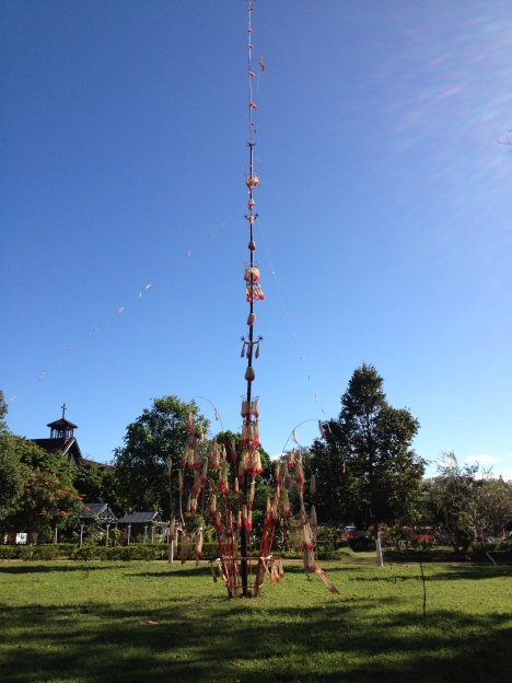 1/ Ảnh cây nêu được dựng trong khuôn viên Tòa Giám Mục Kontum trong ngày lễ Tấn phong Giám Mục Kontum ngày 03/ 12/ 2015