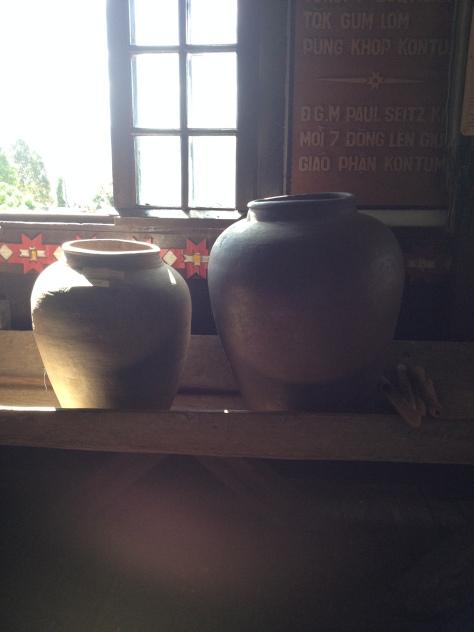 Ảnh hai cái ché đựng muối hột của người sắc tộc Bana trong phòng truyền thống Tòa Giám mục Kontum