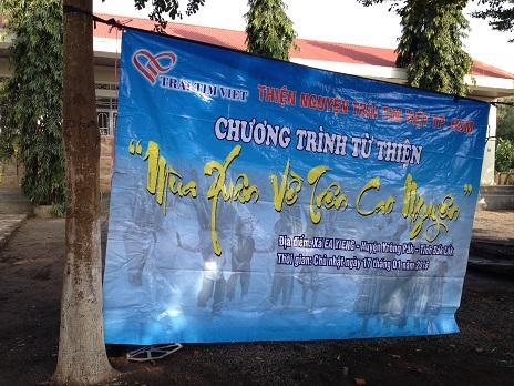 """2/ Ảnh tấm pano của đoàn từ thiện """"Trái tim Việt"""" Tp. HCM được treo trong khuôn viên giáo xứ BuônHằng trước khi chia sẻ các phần quà cho Thiếu nhi _ Chúa nhật 17/ 01/ 2016"""