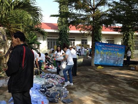 """2/ Ảnh đoàn từ thiện """"Trái tim Việt"""" kiểm tra lại số quà đã mang đến chia sẻ với các em Thiếu nhi BuônHằng."""