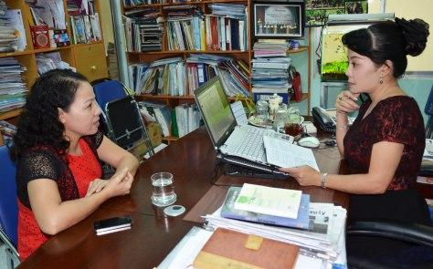 Bà Kim Oanh hiệu trưởng làm việc với đại diện báo Tiền Phong;