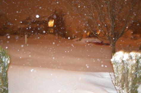 Chiều thứ 7, Jan. 24, 2016, tuyết che gần kín chiếc xe đỏ.