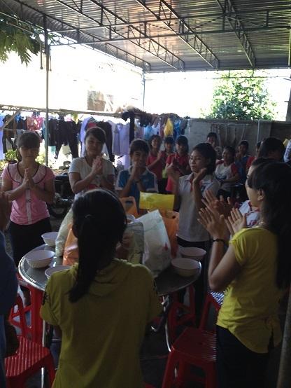 Mỗi em học sinh Lưu trú được một phần qua Noel