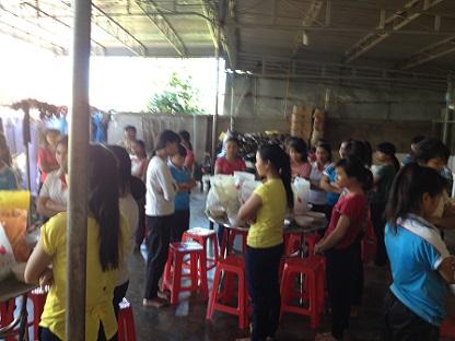 Nhà Lưu trú cũng tặng quà Noel cho học sinh Lưu trú trong giờ cơm trưa 24-12