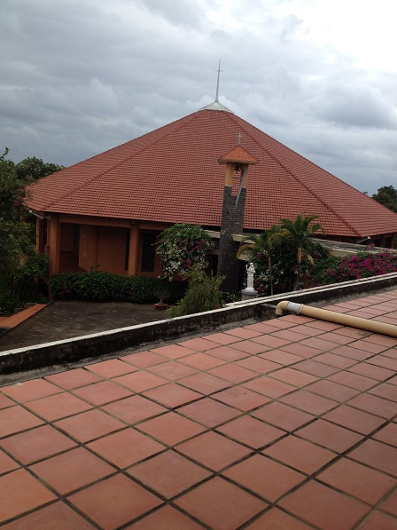 1/ Ảnh nhà Nguyện (Nhà thờ) của Tu viện Nữ Vương Hòa Bình giáo phận Banmêthuột được chụp từ trên cao.