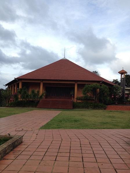 2/ Ảnh mặt trước của nhà Nguyện Tu viện Nữ Vương Hòa Bình. Nhà Nguyện có hai tầng, tầng dưới gồm hai phòng tĩnh nguyện và một phòng truyền thống của Tu viện.