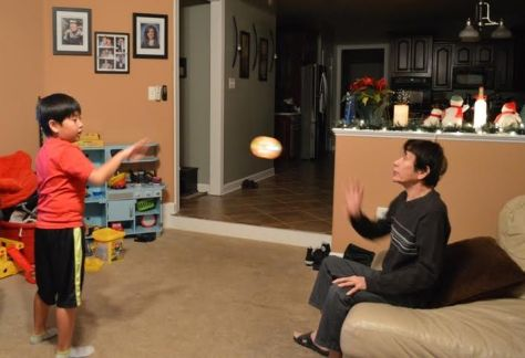 Ông ngoại và Gavin chơi thảy cầu, với quà GS trái cầu sáng của Gain mới có