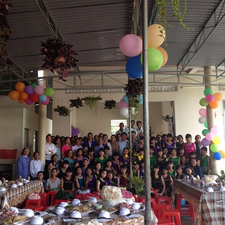 14/ Ảnh các em học sinh Lưu trú chụp hình chung với bố mẹ của các em trong ngày Tất niên nhà Lưu trú 2016.