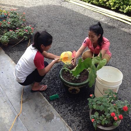1/ Ảnh em Pie và em Việc học sinh lớp 11 chuẩn bị chậu cảnh trang trí phòng cơm cho ngày Tất niên nhà Lưu trú sắc tộc Buôn Hằng.