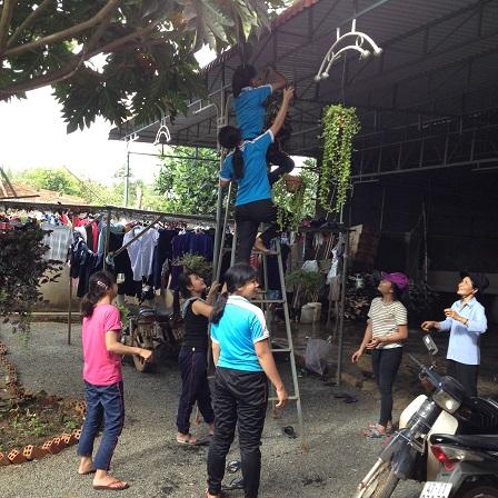 4/ Ảnh các em Lưu trú treo những chùm cây cảnh trang trí phòng cơm chuẩn bị cho ngày Tất niên.