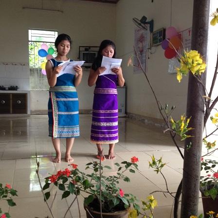 5/ Ảnh hai em Pie (T) và em Việc (P) học sinh lớp 11 làm MC buổi văn nghệ Mừng Xuân 2016 của nhà Lưu trú.