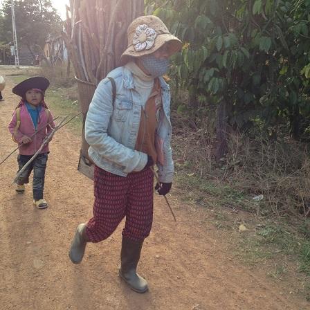 Ảnh mẹ Viễn buổi chiều trên đường đi tìm củi về