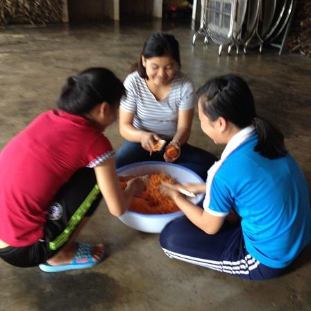 1/ Ảnh em Thần Thoại, em Lêgam và em Aidi làm món nộm cà-rốt cho bữa cơm chiều nhà Lưu trú.