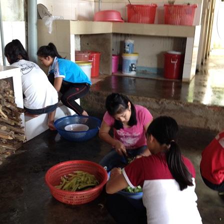 2/ Ảnh các em chuẩn bị cho bữa cơm chiều nhà Lưu trú. Em Razy và em Lak đang lấy hột trái dưa leocho bữa cơm chiều.