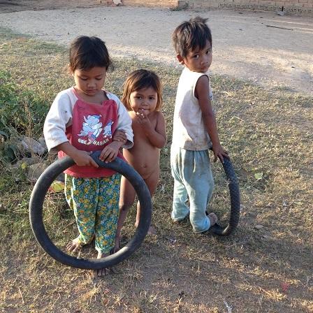 2/ Ảnh ba người con nhỏ của bố mẹ Trim, buổi chiều lấy lốp xe đạp làm xe chạy chơi trên con đường củaBuôn Làng.