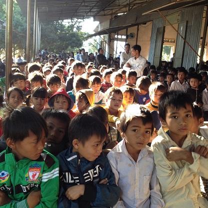 2/ Ảnh các em Thiếu nhi nam trong khi tham dự Thánh lễ tuy ngồi chật nhưng các em rất ngoan.