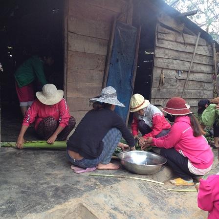 1/ Ảnh các mẹ Buôn Hằng bóc và cắt cây chuối làm món ăn trưa trong đám tang em Phúc thôn Năm.