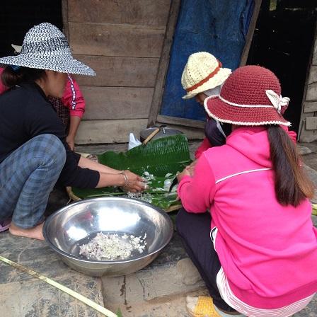 2/ Ảnh các mẹ Buôn Hằng băm cây chuối làm món ăn trưa trong đám tang em Phúc thôn Năm.