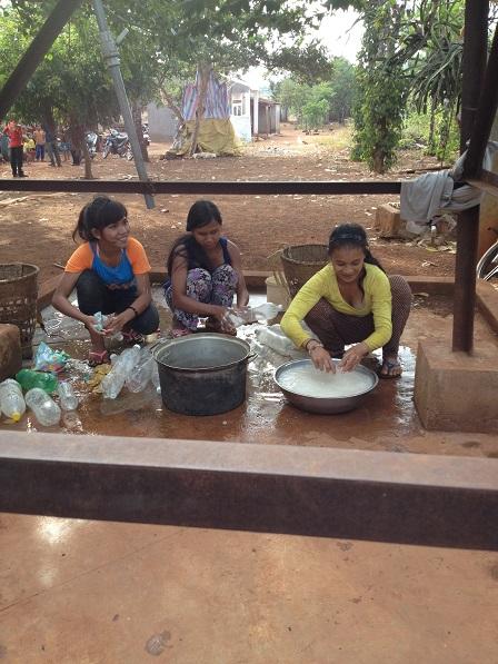 Ảnh các em gái trong Làng phung Ea-Lân _ Yale tỉnh Gialai, buổi chiều bên giếng nước công cộng củaLàng phung vo nếp chuẩn bị gói bánh.