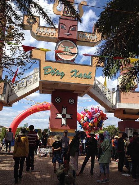 1/ Ảnh cổng Đồng Xanh khu du lịch vui chơi giải trí cách Tp. GiaLai 13 km trên quốc lộ 19.