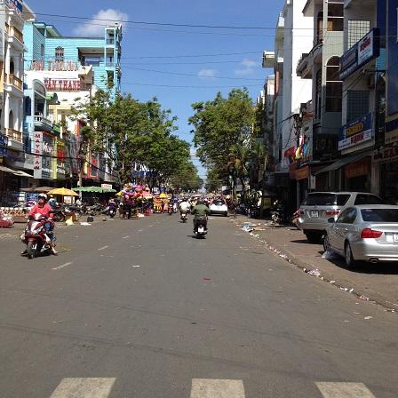 1/ Ảnh con đường trước cổng chợ lớn Tp. Plieku tỉnh Gialai ngày 29 Tết năm 2016. Ít người qua lạikhông sầm uất đông đúc như những ngày lễ lớn trong năm mặc dầu lúc này đã 10g00 sáng.