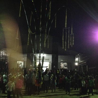 2/ Ảnh anh em Buôn Làng tụ tập chung quanh cây nêu trong sân nhà thờ giáo xứ Buôn Hằng.