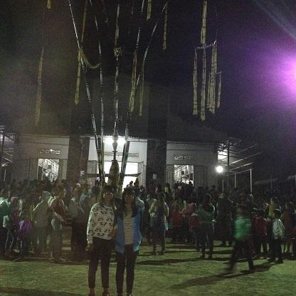 3/ Ảnh em Phương và em Ngọc học sinh Lưu trú trước cây nêu trong sân nhà thờ trước lễ Giao thừa.