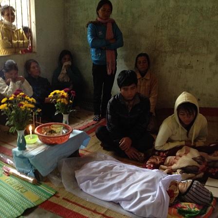 2/ Ảnh bố mẹ em Phúc và những mẹ trong Buôn Làng đến thăm em Phúc khi được tin em Phúc đi với ôngbà.