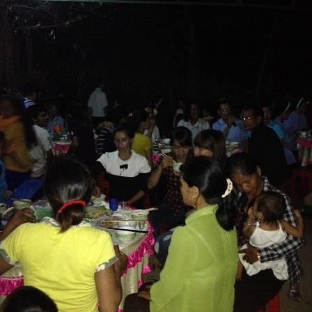 Ảnh ăn cưới buổi tối tại gia đình bố mẹ Thar bên thôn Một, tổ chức cho em Thắm con gái thứ hai của gia đình.