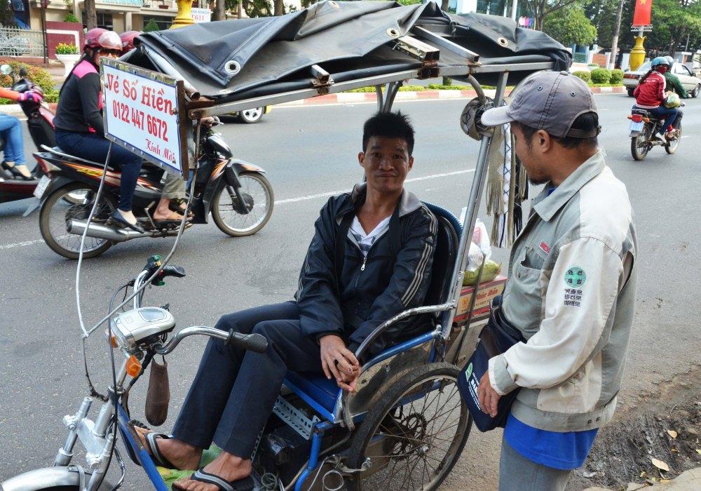 Người khuyết tật bán vé số cũng đến nhận quà