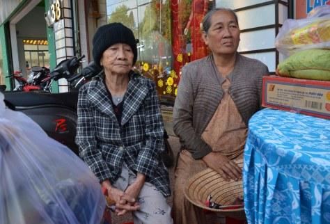 Những phần quà giúp vợi bớt nỗi lo ngày tết cho những cụ già neo đơn