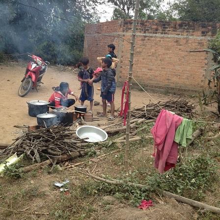 1/ Ảnh nấu bếp giữa sân trước nhà trong đám tang em Phúc