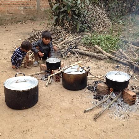 2/ Anh hai em nhỏ cũng phụ đun bếp trong đám tang em Phúc