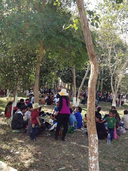 5/ Ảnh các gia đình sắc tộc Jarai chơi tết. Trong công viên Đồng Xanh người sắc tộc Jarai đến chơi tếtchiếm 80% so với người Kinh.