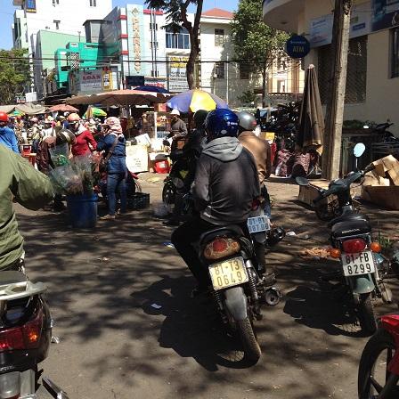 2/ Ảnh một góc cổng chợ lớn Tp. Plieku tỉnh Gialai lúc 10g00 sáng ngày 29 Tết năm 2016.