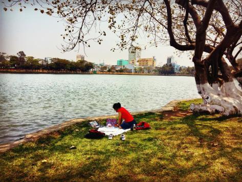 Lúc này là buổi trưa. Có thể vì ngồi dưới gốc cây và cạnh hồ nước nên tụi mình thấy rất mát mẻ và dễ chịu.