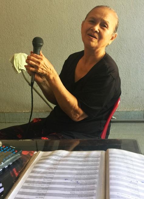 Bà Yến vui vẻ yêu đời nhờ ca hát