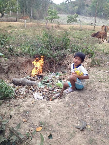 1/ Ảnh em Số con mẹ Sót lượm những chai nhựa dưới hố rác sau nhà lên cất.