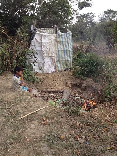 2/ Ảnh em Số con mẹ Sót ngồi chơi dưới hố rác sau nhà.