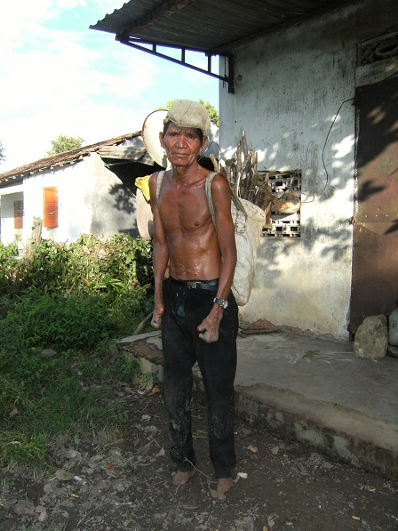 Ảnh ông Gơi (ông cùi) thôn Năm đeo cái giỏ bao phía sau lưng chuẩn bị đi lượm phân bò.