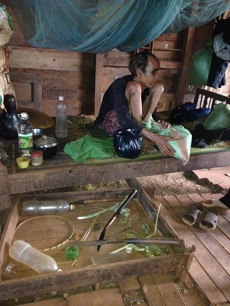 1/ Ảnh ông Phin bị mù ở thôn Một cùng với giường chiếu và đồ dùng vật dụng của ông.