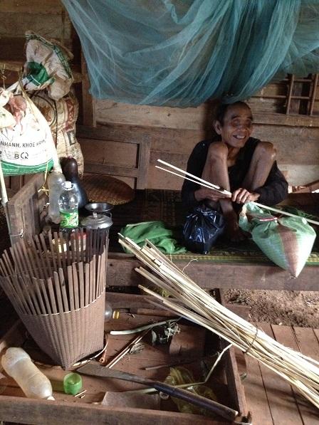 2/ Ảnh ông Phin bị mù nhưng ngày ngày vẫn tự đan gùi, đan rổ kiếm sống.