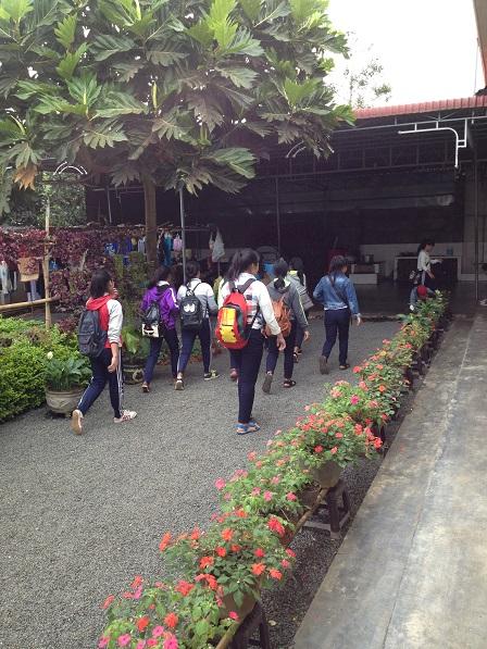 Ảnh các em nữ học sinh sắc tộc cấp III đi học về đến nhà Lưu trú.