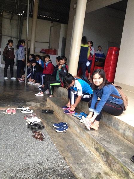 Các em nữ học sinh cấp III Lưu trú sắc tộc, buổi sáng mang giày dép chuẩn bị đến trường học.