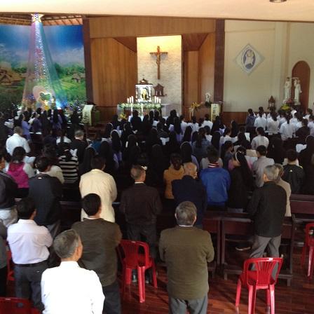 Ảnh một số giáo dân tham gia giờ Chầu Thánh Thể tại nhà nguyện Tu viện NVHB _ Bmt.