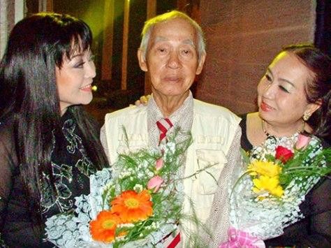Ca sĩ Hương Lan và NSƯT Hồng Vân mừng thọ soạn giả Kiên Giang 80 tuổi.